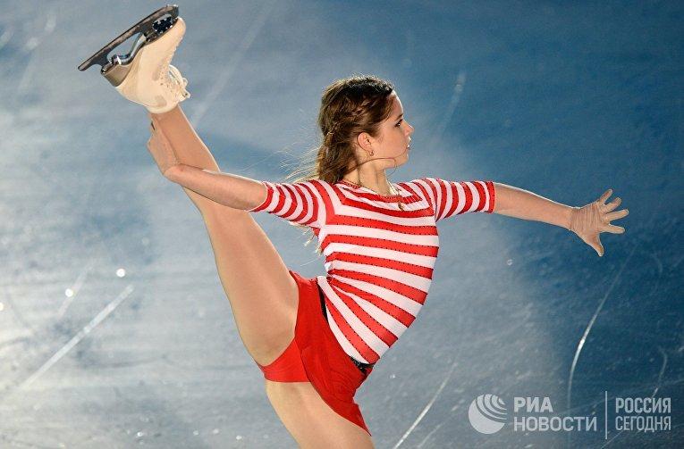 Юлия Липницкая выступает в показательных выступлениях