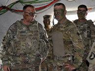 Генерал-лейтенант Бен Ходжес посещает солдат во время военных учений в Германии