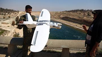 Солдаты, поддерживаемого США отряда «Сирийских демократических сил» обследуют беспилотник, предположительно принадлежащий ИГИЛ (запрещена в РФ)