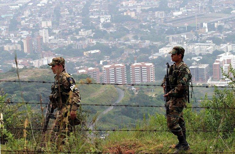 Солдаты патрулируют окрестности города Кали