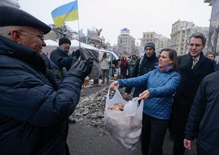 Помощник госсекретаря США по вопросам Европы и Евразии Виктория Нуланд и посол США в Украине Джеффри Пиатт на Майдане. 11 декабря 2013