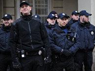 Сотрудники полиции Украины в оцеплении на антиправительственной акции националистической партии УНА-УНСО во Львове