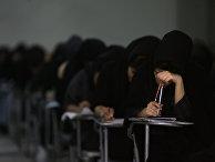 Иранские школьники сдают вступительный экзамен в университете в Тегеране