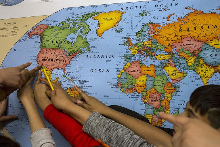Американские школьники на уроке географии в школе в Колумбус, штат Нью-Мексико