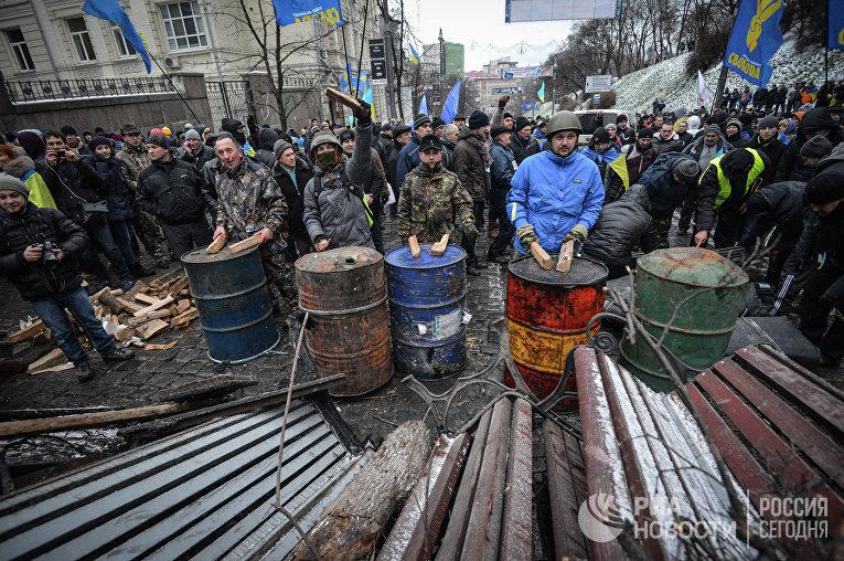 Сторонники евроинтеграции у возведенной баррикады на улице Грушевского у здания кабинета министров Украины в Киеве