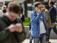 Мужчина говорит по мобильному телефону