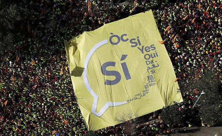 Плакат с призывом голосовать за независимость Каталонии на митинге в Национальный день Каталонии
