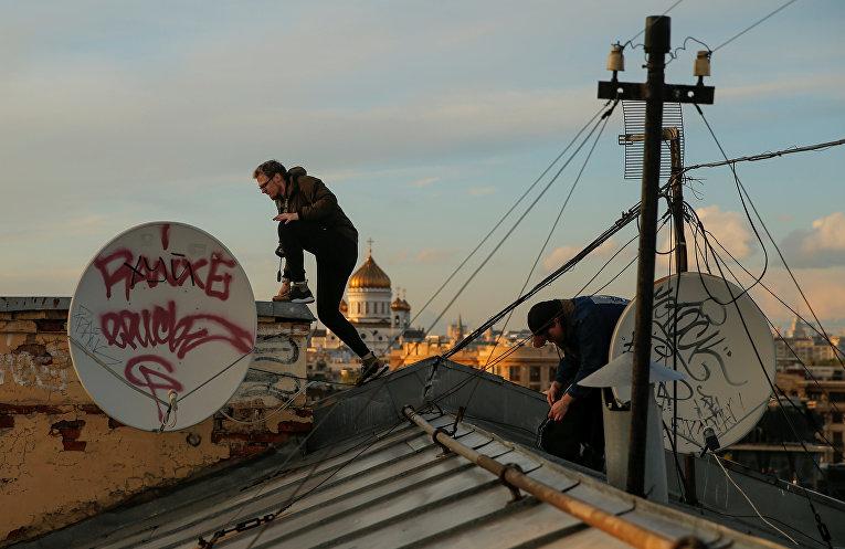 Исследователи московских крыш бросают вызов смерти и гравитации