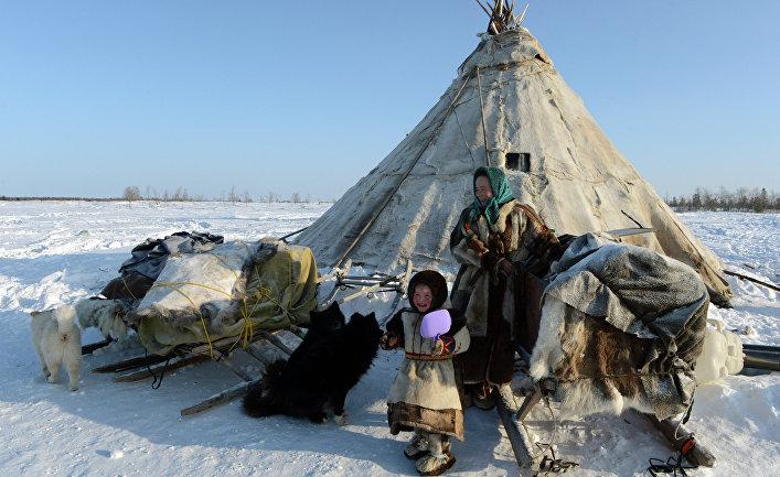 Ольга Вануйто с дочерью Ксенией у чума в стойбище в Надымском районе Ямало-Ненецкого автономного округа