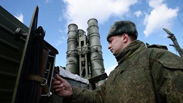 """Военнослужащий у зенитного ракетного комплекса (ЗРК) """"Триумф"""" С-400"""