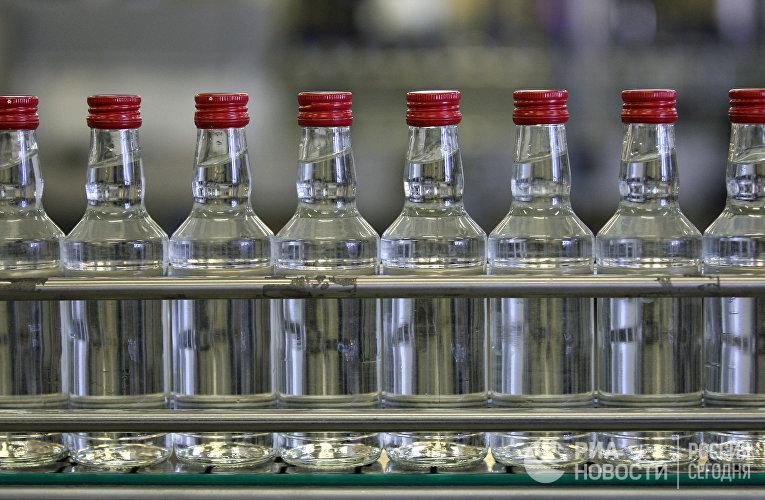 Работа Казанского ликероБутылки с водкой на транспортере на Казанском ликеро-водочном заводе