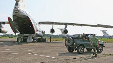 Самолет с российским военнослужащими и техникой разгружаются в аэропорту Сухуми, Абхазия