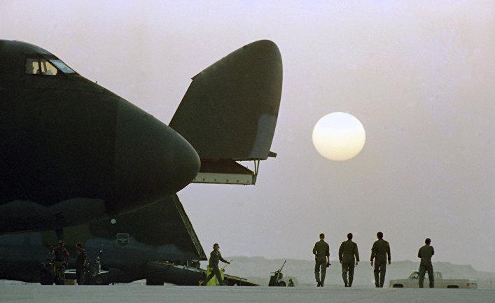 Военно-транспортный самолет Локхид C-5 «Гэлэкси» на военной базе в Саудовской Аравии. Война в Персидском заливе, 1990 год