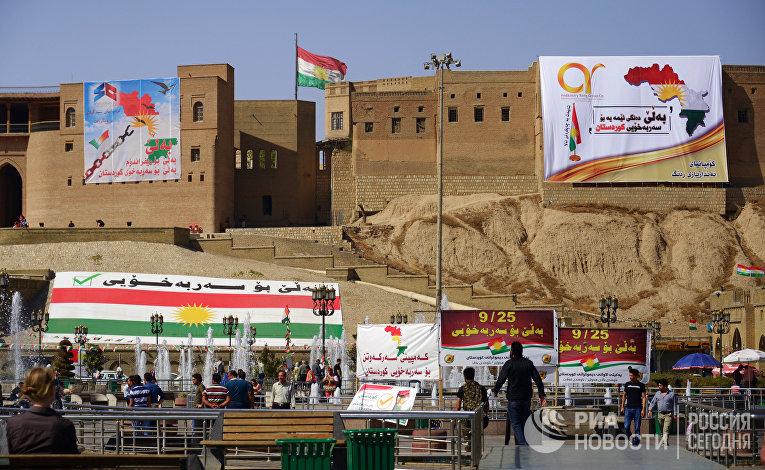 Агитационные плакаты, призывающие прийти на участки и проголосовать на референдуме о независимости Иракского Курдистана от Багдада, на цитадели в Эрбиле. 23 сентября 2017