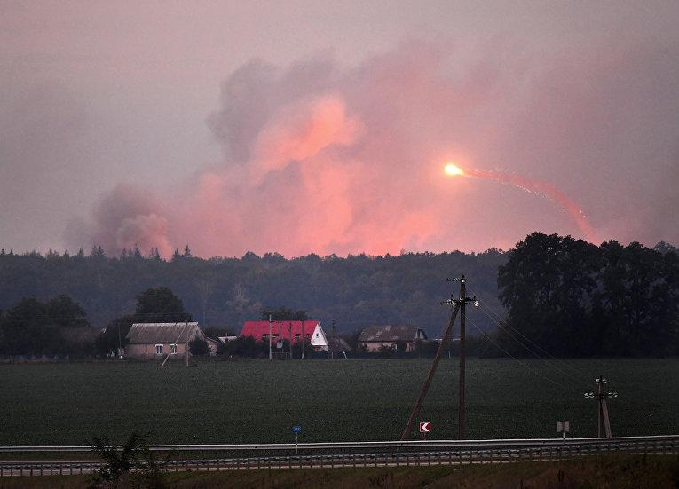 Мощный взрыв на складах боеприпасов на военной базе в Калиновке