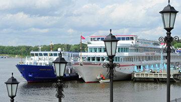 Теплоходы на речной пристани