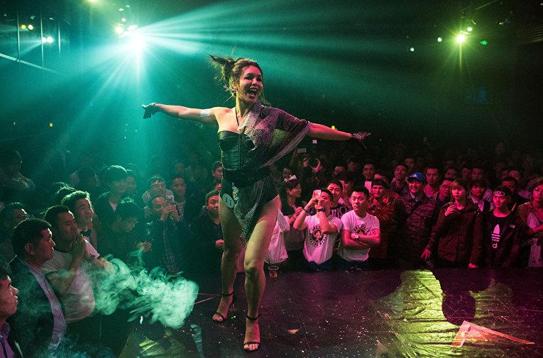 Выступление трансгендера в клубе в Шанхае