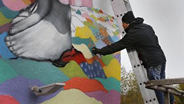 Бразильский художник Рожерио Фернандес рисует граффити в Минске