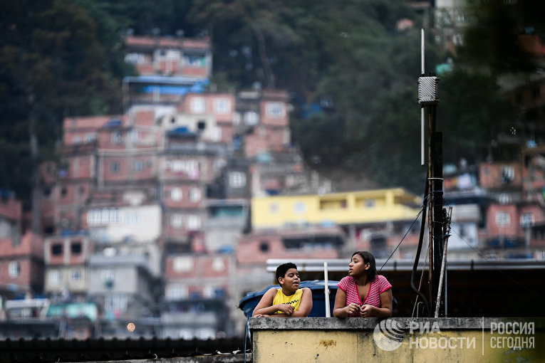 Жители на улице Рио-де-Жанейро