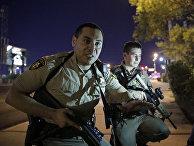 Сотрудники полиции возле курорта Мандалай-Бей в Лас-Вегасе