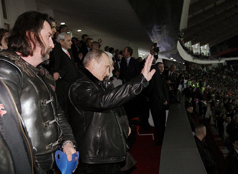 """В.Путин встретился с представителями байкерского движения """"Ночные волки"""" и посмотрел вместе с ними товарищеский матч"""