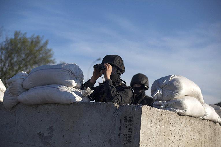 Отряд специального назначения украинской армии на блокпосту рядом с Донецком, апрель 2014 г.
