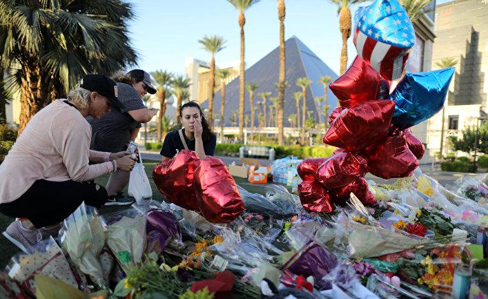 Цветы в память о жертвах расстрела людей у отеля-казино Mandalay Bay в Лас-Вегасе