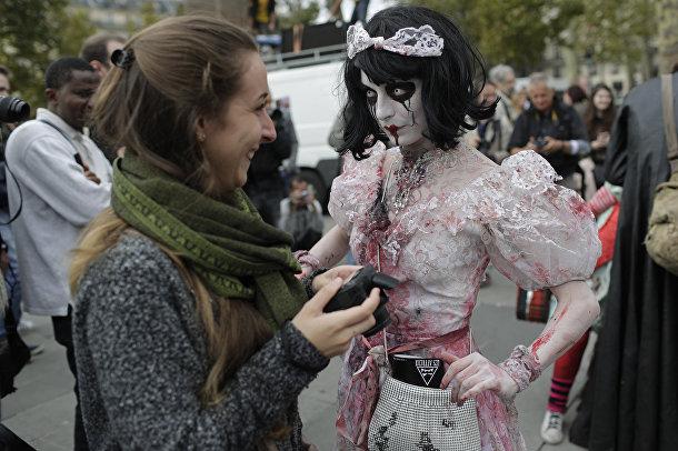 Участница зомби-моба позирует для журналистов