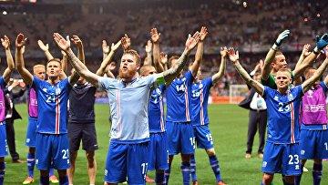 Игроки сборной Исландии радуются победе в матче 1/8 финала чемпионата Европы по футболу - 2016 между сборными командами Англии и Исландии