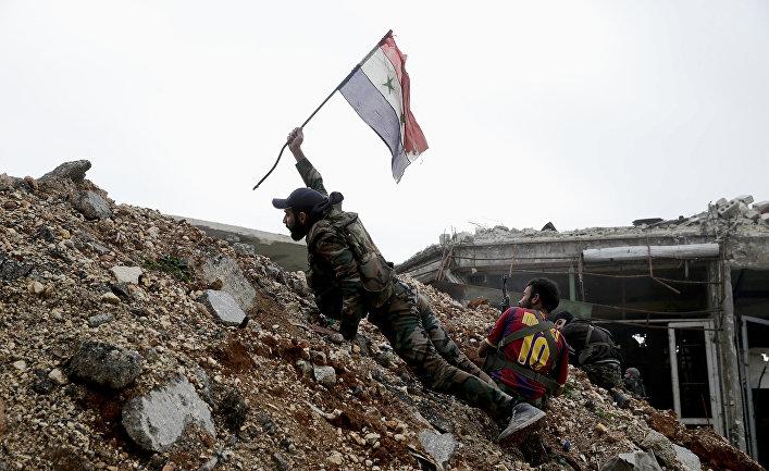 Сирийский солдат во время боя с боевиками к востоку от Алеппо