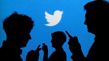 Люди на фоне логотипа Twitter