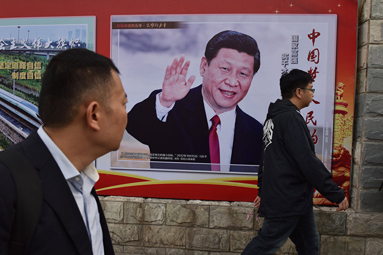 Плакат в Пекине, изображающий председателя КНР Си Цзиньпина с лозунгом «Китайская мечта, народная мечта»