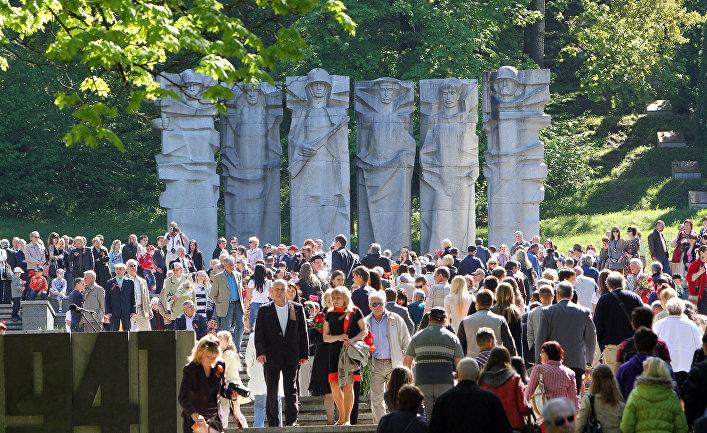 Мемориал на Антакальнисе во время празднования Дня Победы в Вильнюсе, Литва