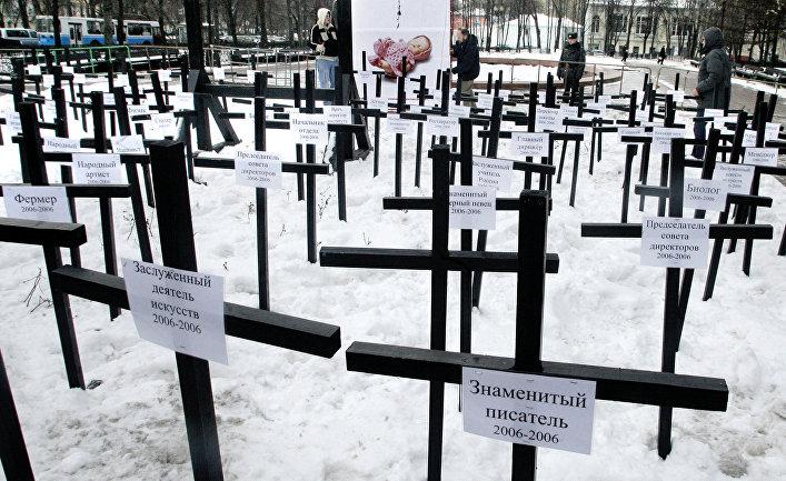 Символическое кладбище в знак протеста против абортов в России