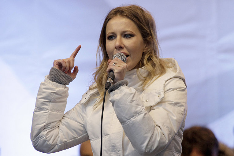 Телеведущая Ксения Собчак выступает на митинге