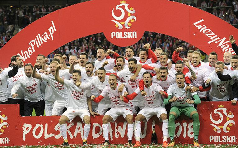 Игроки сборной Польши празднуют победу в последнем отборочном матче Кубка мира по футболу