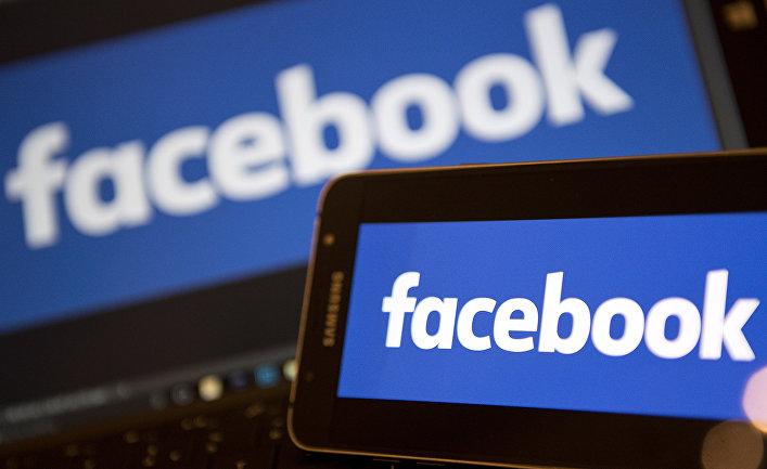 Логотип Facebook на экране смартфона и мониторе компьютера