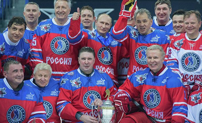 Президент РФ Владимир Путин после матча между сборной командой чемпионов Ночной хоккейной лиги (НХЛ) и сборной Правления и почетных гостей Ночной хоккейной лиги (НХЛ)