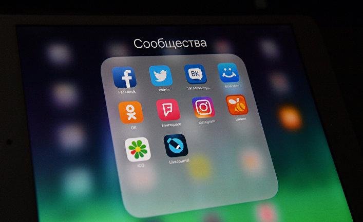 Иконки социальных сетей на экране смартфона