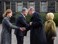 Президент Турции Реджеп Тайип Эрдоган с супругой Эмине и Петр Порошенко с супругой Мариной во время церемонии официальной встречи в Киеве. 9 октября 2017