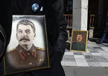 Люди с портретами Иосифа Сталина в родном городе вождя Гори в 64-ю годовщину смерти Сталина
