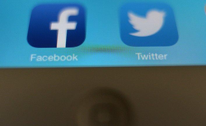 Иконки приложений Facebook и Twitter на экране планшетного компьютера