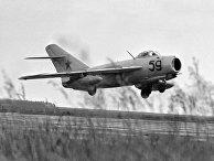 Самолет МИГ-17 взлетает с аэродрома
