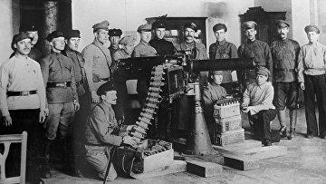 Красногвардейцы учатся стрелять из пулемета на занятиях в Смольном. Петроград. 1917 год