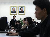 Посетители библиотеки в Пхеньяне, Северная Корея