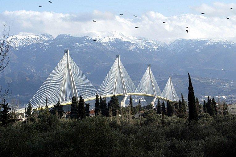 Мост Рион Антирион пересекает Коринфский канал между городами Рион на Пелопоннесе и Антирион