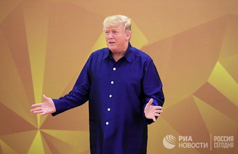 Президента США Дональд Трам в национальной вьетнамской одежде на саммите АТЭС