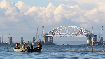Установка автодорожной арки в процессе строительства Крымского моста в Керченском проливе. 13 октября 2017
