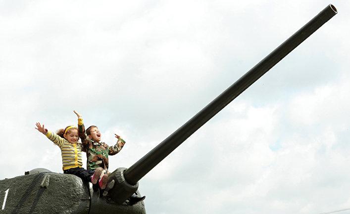 Дети во время празднования Дня Победы в Ереване