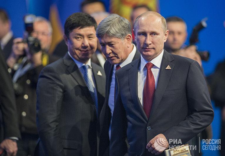 Владимир Путин и президент Киргизии Алмазбек Атамбаев перед началом заседания ВЕЭС в Астане